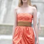 O vestido curto de madrinha deve ter um decote discreto. (Foto:Divulgação)