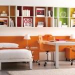 Nichos com fundos coloridos se destacam no quarto. (Foto:Divulgação)