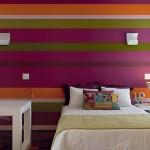Listras coloridas na parede energizam o quarto. (Foto:Divulgação)