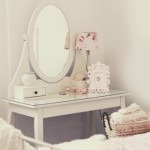 Penteadeira clean com espelho oval. (Foto:Divulgação)