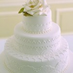 O bolo rendado realça o romantismo do casamento. (Foto:Divulgação)