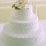 No topo do bolo, é comum incluir uma flor feita de açúcar. (Foto:Divulgação)