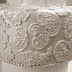 Os detalhes são minuciosos no bolo rendado. (Foto:Divulgação)