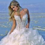 Os vestidos de noiva aparecem com transparências mais simples até as mais sensuais (Foto: divulgação).
