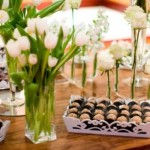 Flores e doces se misturam na mesa de casamento. (Foto:Divulgação)