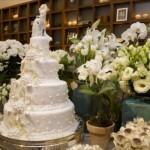 O bolo é sempre o destaque da mesa principal. (Foto:Divulgação)