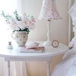 As flores e abajures de cores claras são ótimas opções para essa decoração (Foto: divulgação).