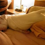 Aproveitando a cama vazia (Foto: Divulgação)