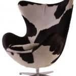 Poltrona Egg decorada com estampa de vaca. (Foto:Divulgação)