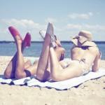 Os chapéus caem muito bem com a moda praia. (Foto: divulgação)
