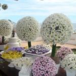 Arranjos de flores do campo decoram a mesa principal.  (Foto:Divulgação)