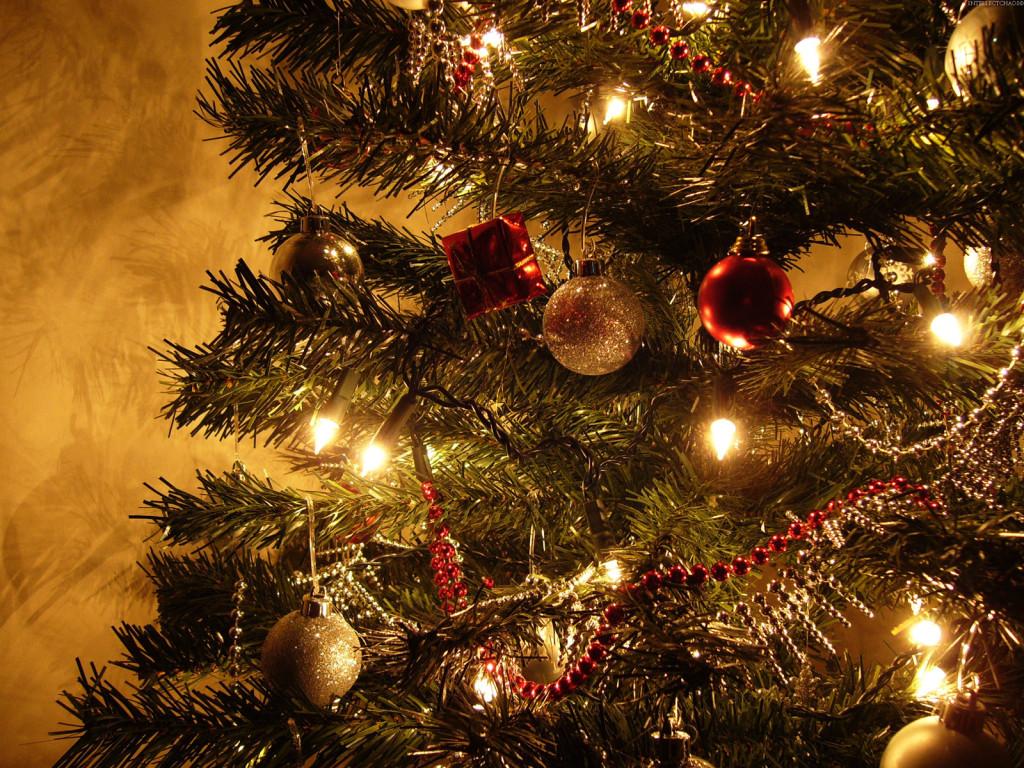 Árvore decorada com dourado e vermelho