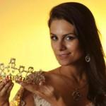 Gabriela mostrando a coroa. (Foto:Divulgação)