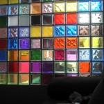 Parede colorida com tijolos de vidro. (Foto:Divulgação)