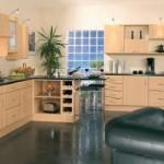 A cozinha se tornou mais iluminada graças aos blocos de vidro. (Foto:Divulgação)