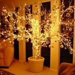 Árvore de galhos enfeitada com luzes. (Foto: Divulgação)