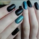 O esmalte preto cai muito bem com esmalte de glitter. (Foto: divulgação)