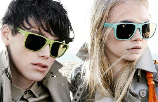 Homens e mulheres podem usar óculos escuro com aro colorido. (Foto:Divulgação)