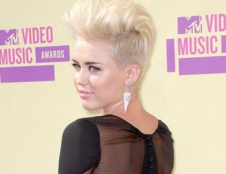 Miley Cyrus radicalizou o visual ao cortar e descolorir o cabelo. (Foto:Divulgação)