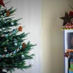 Árvore de natal pequena decora um ambiente pequeno. (Foto: Divulgação)