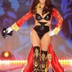 Adriana Lima vestindo lingerie com modelagem retrô . (Foto:Divulgação)