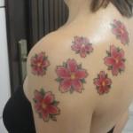 Flores de cerejeira tatuadas nas costas e nos ombros. (Foto:Divulgação)