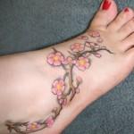 Tatuagem de flor de cerejeira no pé. (Foto:Divulgação)