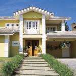 A casa em tom amarelo deixa o ambiente ainda mais moderno e lindo (Foto: Divulgação)