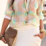 Look com saia branca e camisa estampada transparente (Foto: Divulgação)