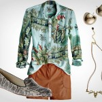 Camisa estampada com sapatilha e acessórios minimalistas (Foto: Divulgação)