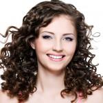 A franja para cabelo cacheado por ser com comprimento na altura do nariz. (Foto: divulgação)