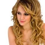 Aposte no uso de franjas em cabelos cacheados. (Foto: divulgação)