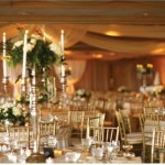 A decoração branco e dourado é uma excelente opção para casamentos. (Foto: divulgação)