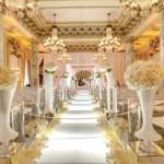 A decoração em branco com dourado deixa o ambiente muito sofisticado e bonito. (Foto: divulgação)