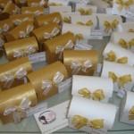 As lembrancinhas também podem ser decoradas em branco e dourado. (Foto: divulgação)