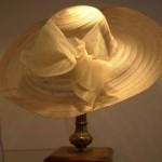 Não é preciso ter medo de usar chapéus em eventos. (Foto: divulgação)