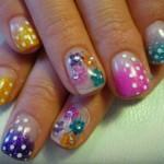 Bolinhas coloridas com toques de nail art. (Foto: Divulgação)