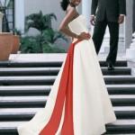Detalhes em cores diferentes dão graça ao vestido branco (Foto: Divulgação)