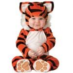 A fantasia de tigre é uma escolha muito fofa para bebês. (Foto: divulgação)