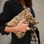 A bolsa com brilho deixa o visual mais moderno e sofisticado. (Foto: Divulgação)