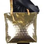 A bolsa com brilho deve ser combinada à um look neutro. (Foto:Divulgação)