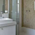 Portas de correr são essenciais em banheiros pequenos. (Foto Divulgação)