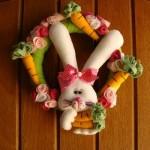 O coelho e as cenourinhas decoram a guirlanda. (Foto:Divulgação)