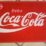 Tapete com o logo da Coca-Cola (Foto: divulgação)