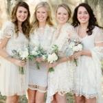 O crochê deixa o vestido da noiva com um toque artesanal. (Foto:Divulgação)