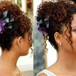 Vários penteados podem ser feitos em cabelos cacheados. (Foto: divulgação)