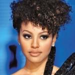 O cabelo cacheado oferece versatilidade para os penteados. (Foto:Divulgação)