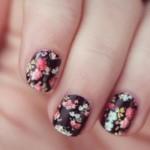 Estampa floral moderniza as unhas. (Foto:Divulgação)