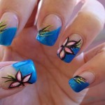As unhas decoradas com flores permitem combinar várias cores. (Foto:Divulgação)