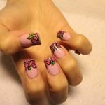 Flores decoram as pontas das unhas. (Foto:Divulgação)